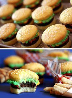 cupcake in de vorm van een hamburger: leuk traktatieidee  Gemaakt zeer geslaagde traktatie voor mijn zoon cupcake als broodje wat sesamzaadjes erin drukken voor effect. Brownie of schocolade koekje (heb ik gedaan) als hamburger. fondant van de hema geel- als kaas rechthoekig plakje van maken rood- tomaat rond plakje van maken groen-sla rond plakje van maken en goed aandrukken met je vingers zodat het dun en onregelmatig word