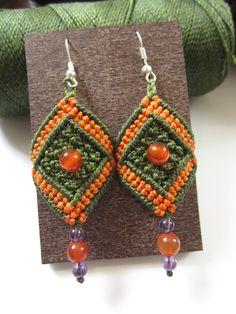 Aretes de Macrame verde & naranja con piedras por PapachoCreations