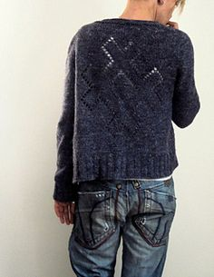 Plain and simple on the front, with a lovely cross in reversed Stockinette stitch, surrounded by eyelets, on the back. This cardigan features the contiguous set-in-sleeves method developed by Susie Myers. Long ribbings and its cropped length make this cardigan casual with a modern touch.