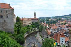 A la izquierda el castillo de Český Krumlov domina desde su altura el río Moldava