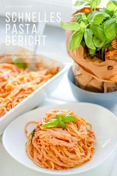 Ein super einfaches #Rezept für schnelle #Pasta in 15 Minuten. Wenn es mal ganz schnell gehen muss ist dieses Rezept genau das Richtige. Außerdem schmeckt die Pasta einfach himmlisch. Man muss nur alle Zutaten in eine Aufflaufform geben und das ganze für 15 Minuten in den Backofen schieben. Nebenbei werden die Nudeln nach Packungsanleitung gekocht und anschließend alles vermischt. #Abendessen #Mittagessen #Nudeln #Food #Spaghetti #vegetarisch #Essen #Recipe #Lecker #Yummy Feta, Ethnic Recipes, Super, Eat Lunch, Food Dinners, Pasta Meals