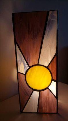 Lampe à la main avec liant verre art tiffany dans deux nuances de violet et jaune. Idéal pour une atmosphère romantique et relaxante. Tailles : 12, 5 x 12, 5 x 31