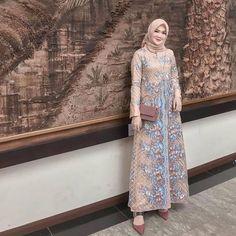 Model Dress brukat untuk lebaran 2020 – ND Hijab Prom Dress, Dress Brukat, Party Gown Dress, Hijab Style Dress, Muslim Dress, Batik Dress, Dress Outfits, Dresses, Gaun Dress