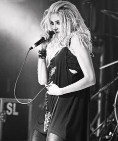 Taylor Momsen (The Pretty Reckless) - the only thing better than Taylor Momsen is Taylor Momsen with hair in her face in black n white