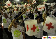 Ratusan relawan Palang Merah Indonesia (PMI) menggelar parade lampion di Gedung Balaikota, Jakarta, Selasa (8/5 2014).
