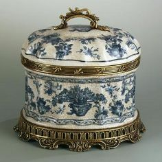 The Rococo-Style Tea Caddy was an accessory that was commonly used at that period of time. It has floral decorations painted on it. It's very feminine and visually pretty to look at. Blue And White China, Blue China, China China, Tea Caddy, Decoration Baroque, Objets Antiques, Teapots And Cups, Teacups, Tea Tins
