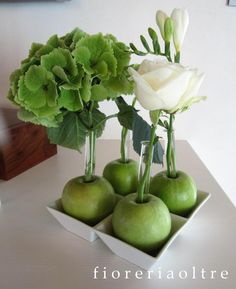 Fioreria Oltre/ Fresh flower decoration/ Green apples, hydrangea, rose, freesia, ornitogalum Creative Flower Arrangements, Edible Arrangements, Apple Flowers, Seasonal Flowers, Apple Centerpieces, Photography Tips Iphone, Decoration Evenementielle, Fruit Decorations, Garden Theme