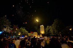 Despliegue de lámparas flotantes víspera de Año Nuevo en Chiang Mai. Miles y miles de personas de todas partes del mundo reunidas en la entrada Oeste de la ciudad ('Tha Phae Gate') pidiendo deseos agradeciendo celebrando parejas sellando su amor al encender y soltar estas lámparas de papel que se dejan llevar por la brisa del viento para reunirse con las otras miles ya soltadas y dejar una imagen hermosa del cielo nocturno. Es increíble con que poco los seres humanos pueden crear una…
