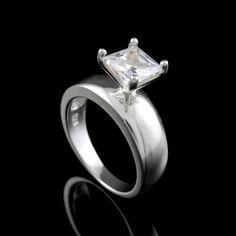 Lindo anel solitário com zircônia branca quadrada da Prata Fina, ideal para presentear as debutantes.