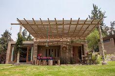 Conexão total com a natureza. Até estes bambus do pergolado foram conseguidos nos arredores desta casa nas montanhas do Peru. Assim como as pedras e os adobes. Quando eu penso em felicidade em casa, penso em algo assim, que não agrida o ambiente e que me coloque em harmonia com o espaço externo que a gente escolhe para viver.