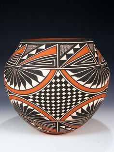 Traditional Acoma pottery is made using a slate-like clay found within the hills surrounding the Pueblo. Native American Baskets, Native American Artwork, Native American Pottery, American Indian Art, Ceramic Pottery, Pottery Art, Ceramic Art, Southwest Pottery, Southwest Art