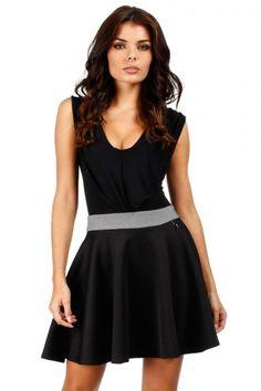 Czarna mini spódnica o rozkloszowanym fasonie