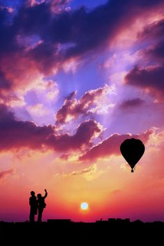 Silhouette of a couple waving at a hot air balloon with an amazing sky! Air Balloon Rides, Hot Air Balloon, Air Ballon, Beautiful Sunset, Beautiful World, Beautiful Things, Asa Delta, Such Und Find, Amazing Sunsets