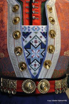 norwegian bunad with solje, embroidered breastcloth Art Costume, Folk Costume, Sweden Costume, Norwegian Vikings, Costumes Around The World, Scandinavian Art, Antique Photos, Traditional Dresses, Norway