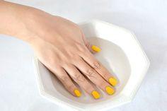 Uñas (6) Llena un recipiente con agua y hielos y después de pintadas tus uñas, sumérgelas por unos minutos. Además de ayudar a que tus uñas se sequen más rápido el agua fría fijará mejor la pintura.
