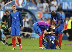 La déception des joueurs français battus en finale de l'Euro par les Portugais, le 10 juillet 2016 au Stade de France