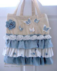 Bolso con holanes en color crudo y diferentes tonos de azul, blanco, encantador