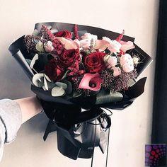 New flowers bouquet gift black Ideas Amazing Flowers, Flowers In Hair, Beautiful Flowers, Wedding Flowers, Black Flowers, Bouquet Wrap, Hand Bouquet, Flower Packaging, Luxury Flowers
