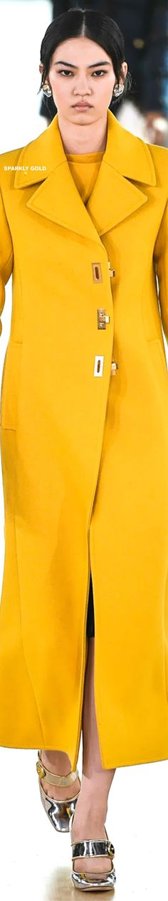 #ToryBurch #Fall2019 #Runway Yellow Black, Lemon Yellow, Yellow Fashion, Fashion Labels, Fashion Addict, Business Women, What To Wear, Tory Burch, Ready To Wear