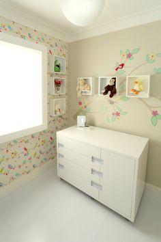 Quarto de bebe com cor porém bem suave. Cômoda , papel de parede, adesivo…