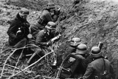 1942, Un reporter de guerre allemand équipé de son microphone sur la ligne de front.