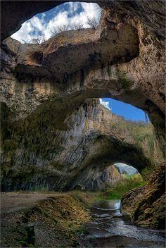 Devetashka Cave, Bulgaria / Само писъкът на скалните лястовици си играеше на криеница с ехото ... remix - Снимка - 4CoolPics.com