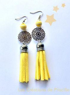 Boucles d'oreilles percées,  Pompons en suédine jaune, estampes rosaces argentées  (diamètre 2cm) et petites perles rayées en résine  jaunes et blanches.   Longueur des BO - 10616473