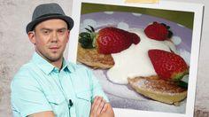 Tentokrát se kuchařský experimentátor Láďa Hruška při svém vaření zaměřil na lívanečky. A ne ledajaké - jsou jablečné. A naprosto jednoduché... Waffles, Pancakes, Nova, Sweets, Breakfast, Recipes, Celebrity, Simple, Morning Coffee