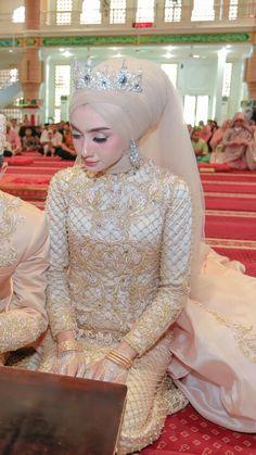 Bridal veil with tiara brides 39 Ideas Muslim Wedding Gown, Muslimah Wedding Dress, Muslim Brides, Muslim Dress, Pakistani Wedding Dresses, Pakistani Bridal, Indian Bridal, Bridal Dresses, Muslim Couples
