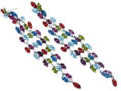 Aretes en metal plateado con cristales de colores en forma de hoja: rojo, verde, fucsia, azul y morado.