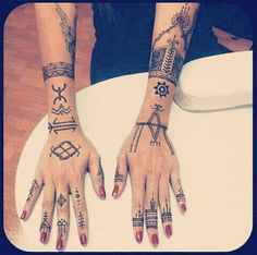 Best Geometric Tattoos And Symbolism Henna Tattoo Hand, Hand Tattoos, Et Tattoo, Tattoo Now, Finger Tattoos, Unique Tattoos, Beautiful Tattoos, Body Art Tattoos, Tattoo Drawings