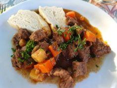 Vörösboros vadragu bográcsban készítve, knédlivel tálalva Naan, Beef, Food, Red Peppers, Meat, Essen, Meals, Yemek, Eten