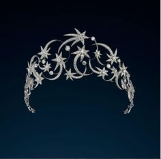 discover the Étoiles Étoiles tiara White Gold, reference : On the Chaumet site, Luxury French Jewellery and watches Royal Jewelry, High Jewelry, Luxury Jewelry, Jewelry Accessories, Jewelry Design, Saphir Rose, Diamond Tiara, Chaumet, Accesorios Casual