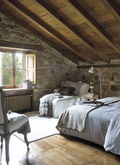 Um dormitório no sótão.