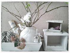 kleine bolle vaas, bloemen van kant er op plakken en in één kleur verven