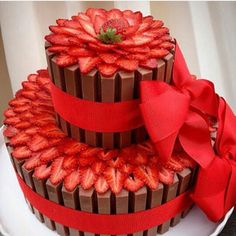 Bolo de chocolate com morango e fita vermelha