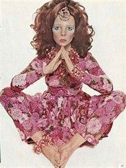 Un abito di Ken Scott, uno dei maghi delle fantasie floreali fotografato da uno dei maghi della fotografia: David Bailey. Vogue Italia, febbraio 1969
