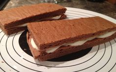 Low-Carb Milchschnitte Zutaten: Teig: 4x – Eiklar (das Durchsichtige vom Ei getrennt vom gelben ;) ) 70g – Eiweißpulver (Schoko, Kokos Haselnuss .. ) (DAS hier verwende ICH) – ist ein Link von Amazon, könnt Ihr die Geschmacksvariante selber auswählen :) benutze ich auch ebenfalls für Eiweisshakes 3x – Eidotter (Das gelbe vom getrennten Ei ;) ) 2 TL – Kakao 1x – Packung Backpulver 100ml – Soja Milch Creme: 250g – Magerquark 30g – Eiweißpulver (DAS hier verwende ICH)