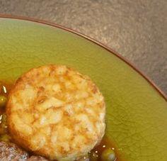 Maak deze rösti van koolraap als knapperig bijgerecht. Lekker met een sausje van mayonaise, Griekse yoghurt en augurkjes.
