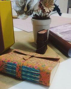 Vamos arteirassss! Iniciando a semana de aulas! #oficinadeartesjundiaí #aulasdeencadernação #encadernaçãomanualartística #reliure #cadernoartesanal #handmadebooks #creativeartbook #bookbinding