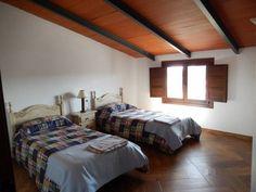 SANTA OLALLA DEL CALA. Casa rural La Posada del Caminante. Recién rehabilitada dispone de cuatro habitaciones, dos cuartos de baño completos, salón comedor con chimenea, amplia cocina y dos patios con barbacoa y agradables vistas al castillo. Tiene capacidad para 10 personas. Situada en el centro del pueblo en pleno parque natural de la #Sierra_Aracena y #Picos_Aroche. #Huelva http://fotoalquiler.com/laposadadelcaminante