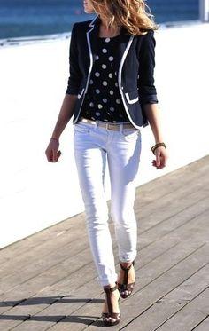 Pantalon blanco con blusa de lunares, precioso.