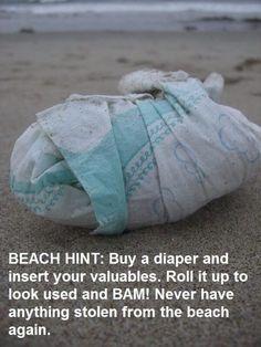 Mach eine schnelle Windel-Attrappe für Deine Wertsachen am Strand. | 29 geniale Sommer-Hacks für Eltern