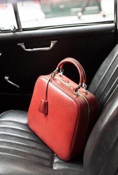 Escolha do condutor: um Paradis em couro de bezerro cetim em vermelho! MOYNAT 2013