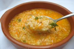 SOPA DE ARROZ ==INGREDIENTS==1 litro de agua, 1 taza mediana de arroz, Una zanahoria, Una cebolla pequeña, 2 tronchos de apio, Perejil picado, Aceite, Sal   ==========