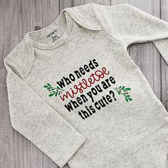 Baby Christmas Outfit: Mistletoe Onesie with Your Cricut Make this baby Christmas outfit with your Cricut and Cricut EasyPress! A cute mistletoe onesie that will look great on baby! Includes the cut file! - Cute Adorable Baby O Burlap Christmas Crafts, Baby Christmas Onesie, Christmas Baby Clothes, Kids Christmas Shirts, Christmas Decor, Christmas Sweaters, Christmas Ideas, Winter Baby Clothes, Baby Winter