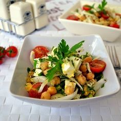 SPANISH CHICK PEA SALAD, INGREDIENTS 30 oz chickpeas (already cooked can) 1⁄2  green bell pepper 15  cherry tomatoes 1⁄2  green onion (spring onion) 10 ozfresh cheese (Spanish queso fresco) 2  eggs (hard-boiled) 1 bnfresh parsley 1⁄2 tsalt 1⁄2 toregano 1⁄4 tground black pepper 4 Textra virgin olive oil