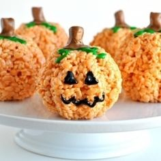 Easy Pumpkin Rice Krispies Treats for Halloween. And of course yummy if you like rice krispies Halloween Goodies, Halloween Desserts, Halloween Treats, Halloween Party, Halloween Baking, Easy Halloween, Sushi Halloween, Spooky Treats, Halloween Cakes