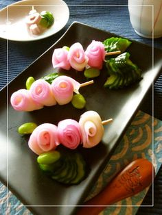 Cookpad - Make everyday cooking fun! Try these skewered roses made of thinly sliced kamaboko on toothpicks. Pack them in your bento. Japanese New Year, Japanese Food, Deco Fruit, Food Carving, Bento Recipes, Food Garnishes, Food Decoration, Food Humor, Cooking With Kids