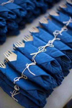 Fiesta marinera Primera comunion chicos marineros Servilletas azules y cubiertos de madera  La Mariée In Love ❤ LMIL #blogmariage #weddingblog #lamarieeinlove #lmil #couvertsbois #bleu #blue